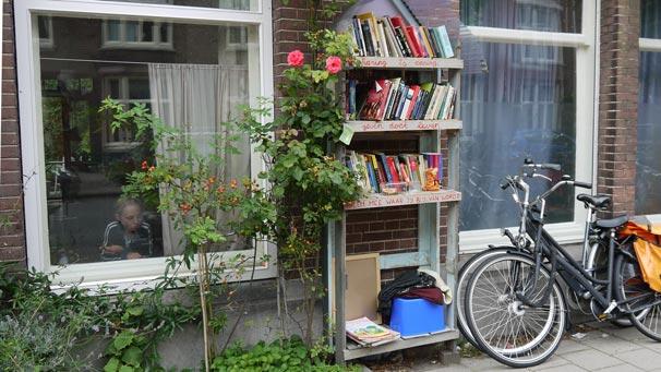 Als je genoeg boeken leentkun je een straatbibliotheek beginnen, zoals deze