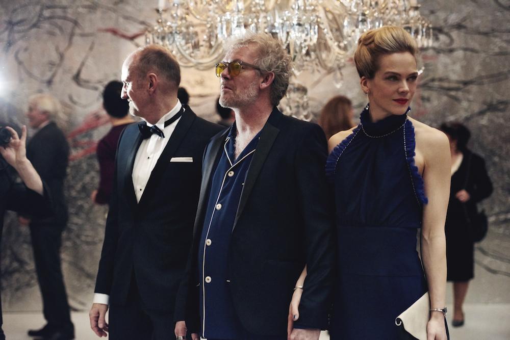 Kunstenaar Simon met zijn vrouw 'Darling' op een feestje