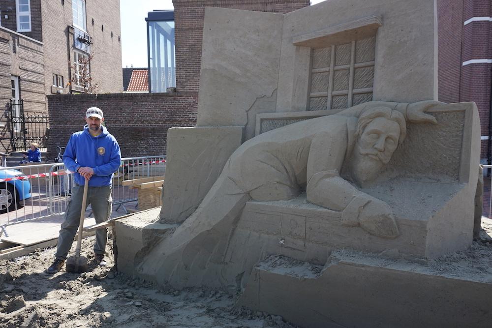 Aleksei Rybak is blij met zijn zandsculptuur in wording.